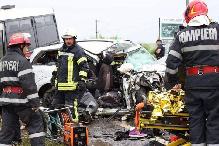 accid harg 3 720x480 Plan Rosu. Accident grav cu un microbuz pe DN 12, la Sancraieni. Un mort si mai multi raniti