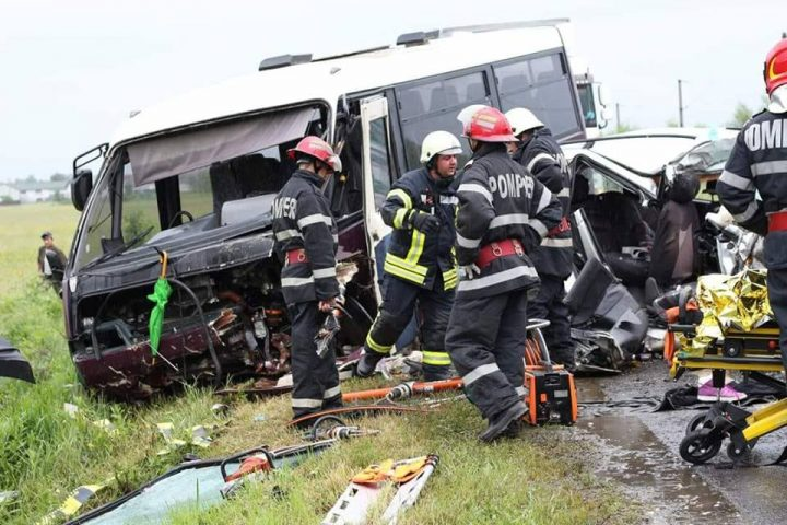 accid harg 4 720x480 Plan Rosu. Accident grav cu un microbuz pe DN 12, la Sancraieni. Un mort si mai multi raniti
