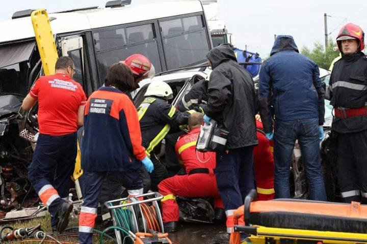 accid harg 720x480 Plan Rosu. Accident grav cu un microbuz pe DN 12, la Sancraieni. Un mort si mai multi raniti