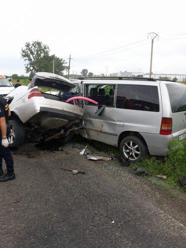 accident arad 2 375x500 UPDATE: Elicopter SMURD la locul unui grav accident in Arad: un mort si cinci raniti