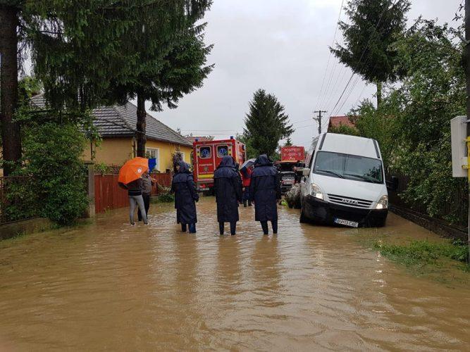 evacuare 2 667x500 Autoritatile, in alerta. COD ROSU de inundatii/Sute de oameni evacuati
