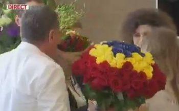 flori 350x217 Halep, primita ca o campioana la revenirea in tara: Acest trofeu este si Romaniei!