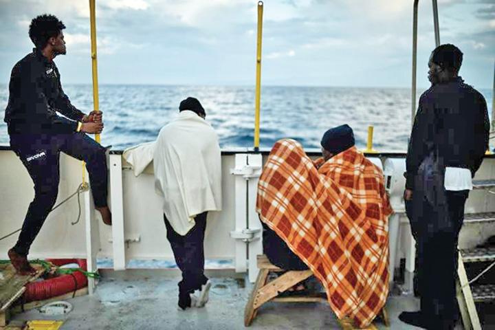 imigranti Nava cu sute de migranti, interzisa in porturi