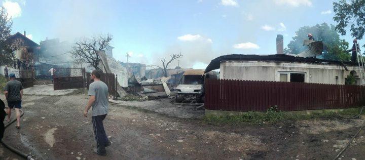 incendiu 720x316 Incendiu puternic in Vrancea: oameni cu atac de panica, patru case afectate de flacari (FOTO)