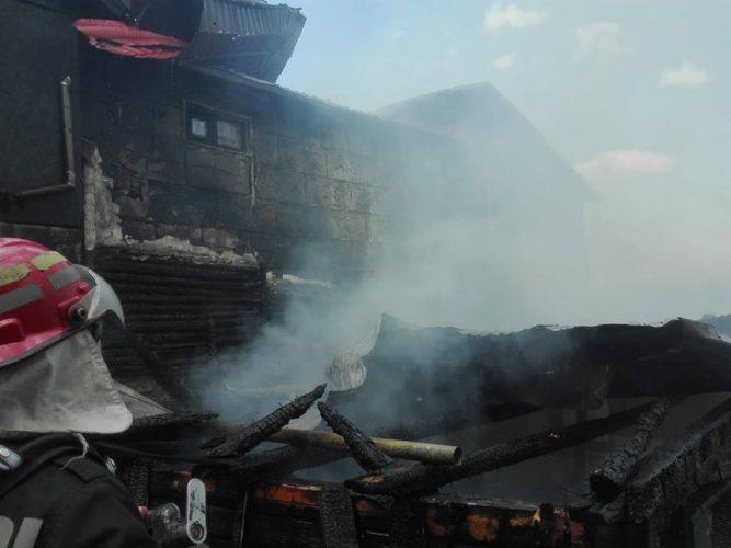 incendiu vrancea 3 667x500 Incendiu puternic in Vrancea: oameni cu atac de panica, patru case afectate de flacari (FOTO)