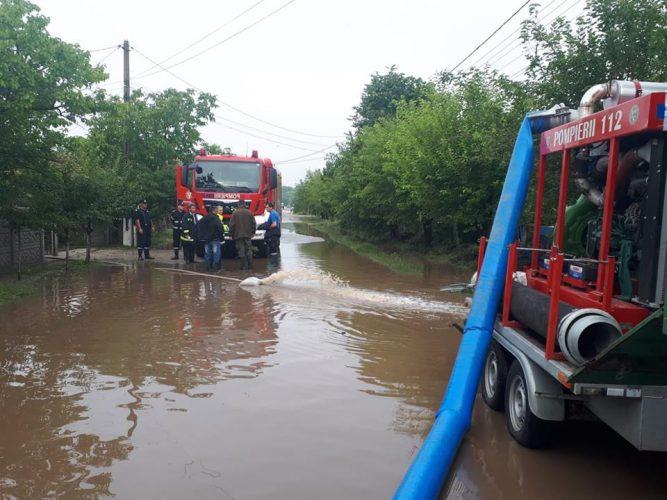inundatii pompieri 667x500 Efectele ploilor din ultimul interval. 14 oameni surprinsi de ape, salvati. Un copil a murit lovit de fulger
