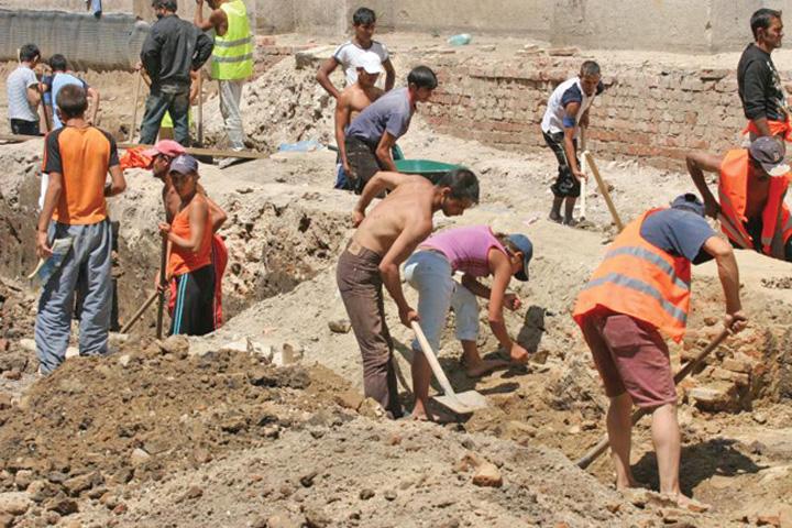 muncitori Paradoxul Romania: mai multe locuri de munca decat muncitori