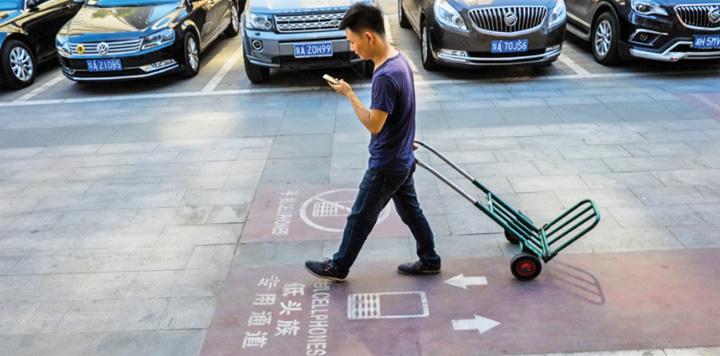 pietoni china 1 Trotuare pentru dependentii de smartphones