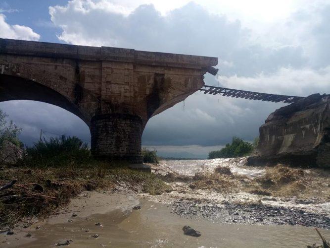 pod rupt inundatii 667x500 Pod de cale ferata daramat de viituri, in Brasov