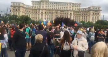 prot 350x187 Au iesit la protest in Parcul Izvor, pana sa inceapa votul la motiune