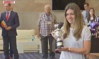 simona trofeu 350x208 Halep, primita ca o campioana la revenirea in tara: Acest trofeu este si Romaniei!