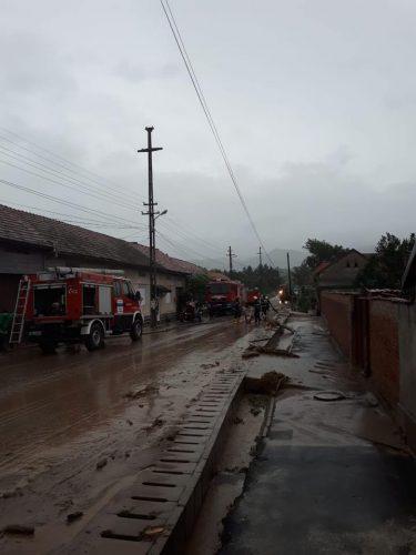 vreme 375x500 Furtunile au lasat dezastru in urma lor: un om a murit. Zeci de locuinte inundate