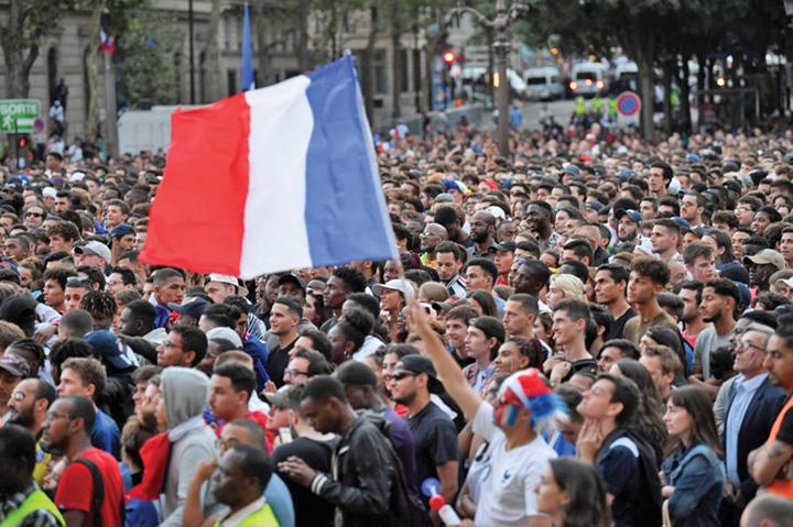 4 A rasunat Marseieza pe Champs Elysees