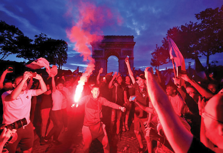 6 A rasunat Marseieza pe Champs Elysees