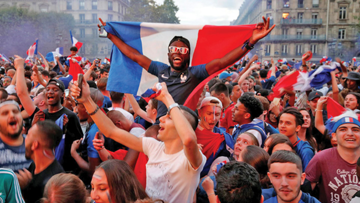 8 A rasunat Marseieza pe Champs Elysees
