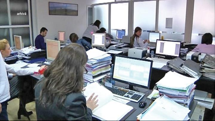 bugetari Romanii se ingramadesc sa lucreze la stat