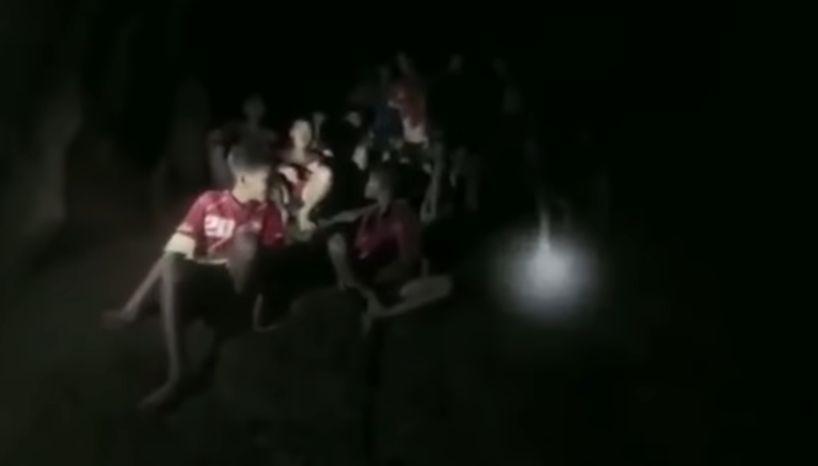 copiluti Toti cei 12 copii si antrenorul lor, salvati din pestera thailandeza (VIDEO)