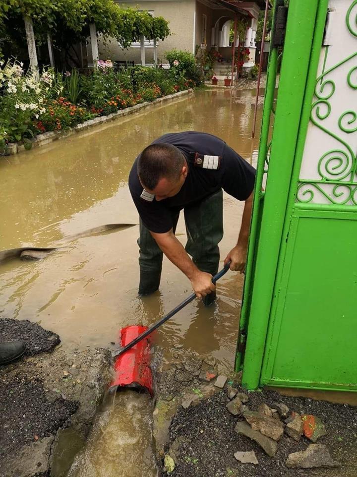 inund salvatori Alte persoane evacuate din calea apelor, in Valcea