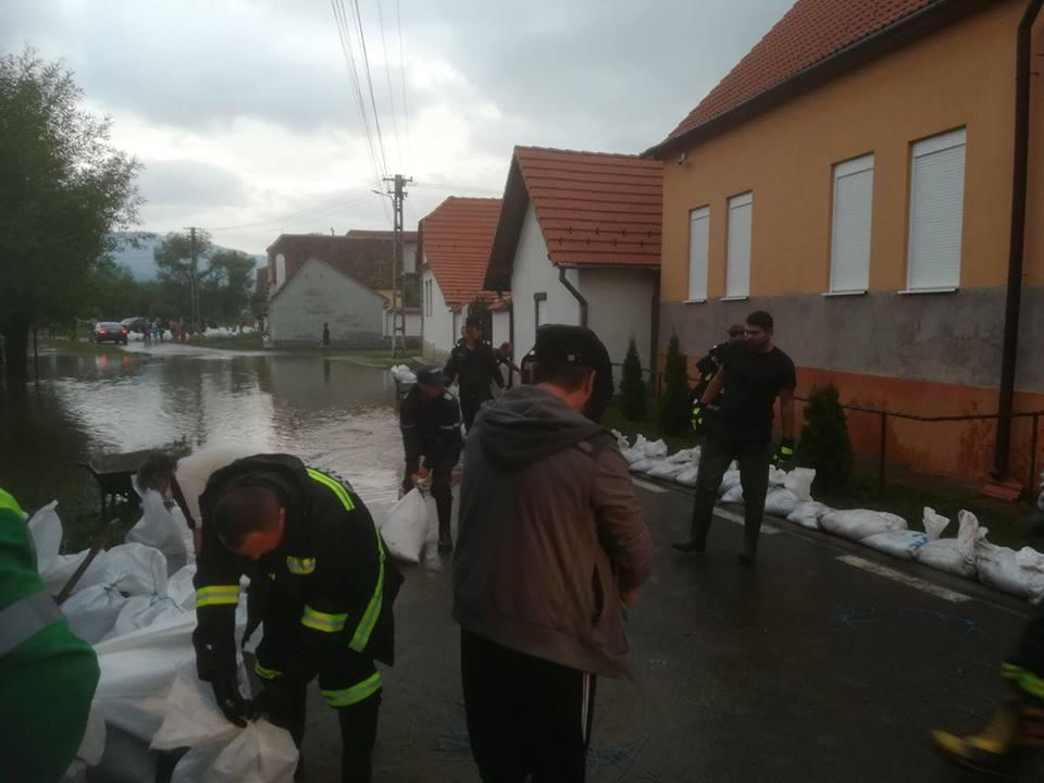 inundatii diguri Inundatii. Peste 60 de localitati din 27 de judete, afectate. S au construit 6 diguri temporare