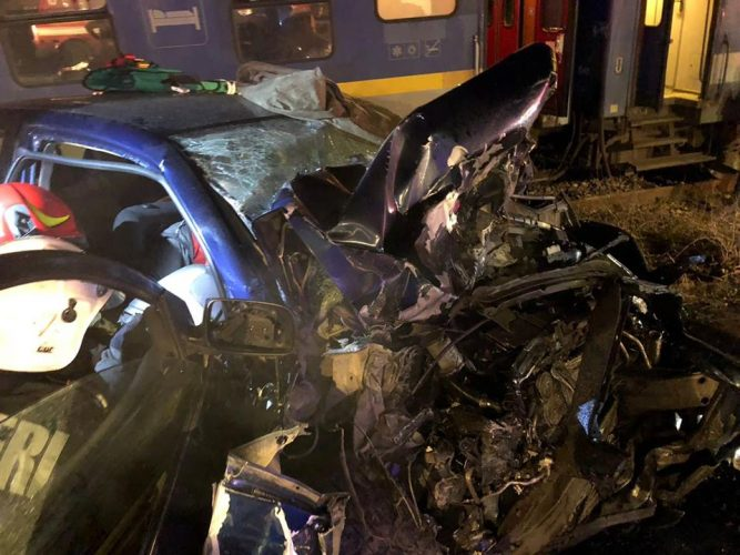 masina lovita tren 667x500 Accident cumplit: masina aruncata pe calea ferata si izbita de tren