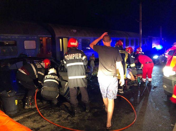 masina lovita tren1 667x500 Accident cumplit: masina aruncata pe calea ferata si izbita de tren