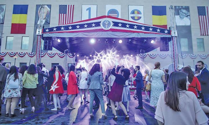 petrecere ambasada America s a sarbatorit fara Dragnea si Tariceanu, dar cu pesedisti garla