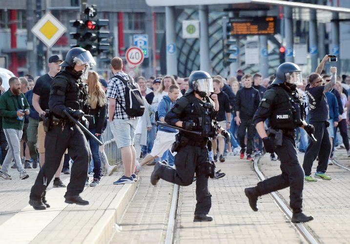 "0203980948 chemnitz police run dpa 717x500 Nemtii au declansat ""vanatoarea de imigranti""!"