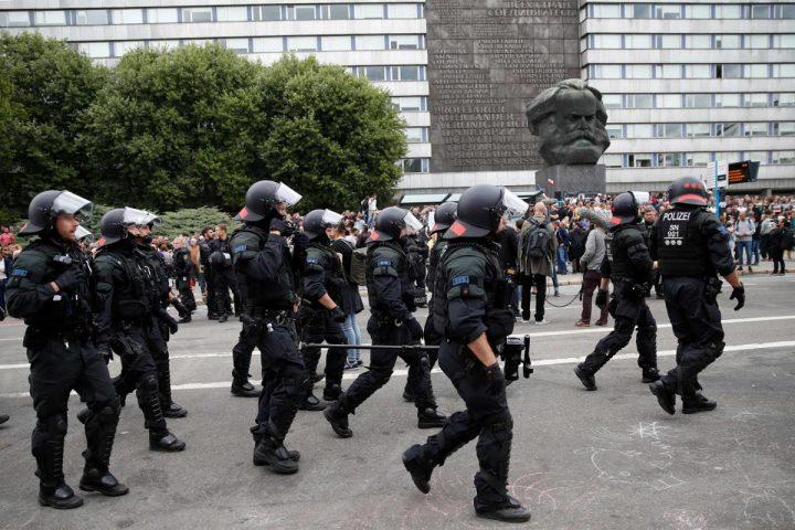 """2074064607 am tag nach uebergriffen auf auslaender in chemnitz hat polizei versucht ein aufeinanderprallen von rechten und linken grup Pmee 720x480 Nemtii au declansat """"vanatoarea de imigranti""""!"""