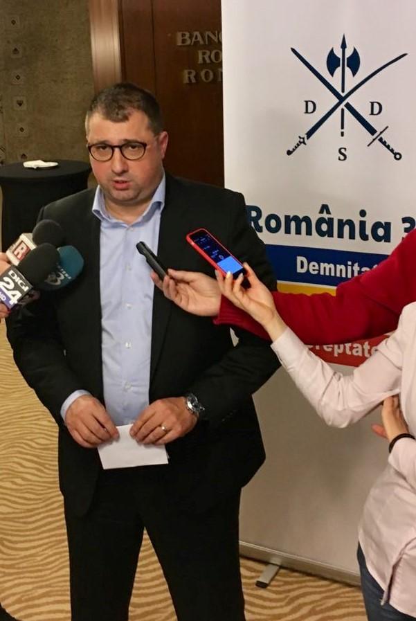 Daniel Dragomir Daniel Dragomir arata cu degetul spre anchetatorii sai