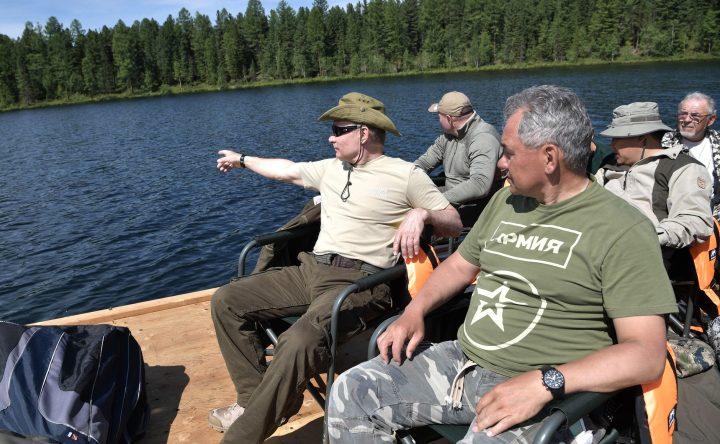 Vladimir Putin in Tuva 2017 08 01 03 17 720x444 Putin, in vacanta cu seful FSB si ministrul rus al Apararii!