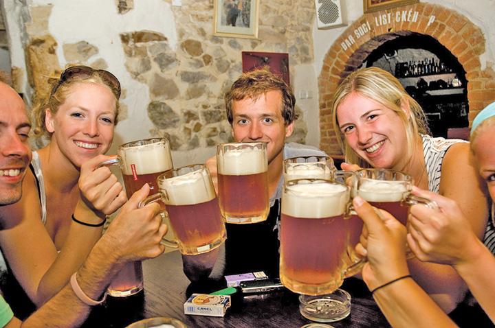 bere Nemtii fac berea in Europa, cehii o beau