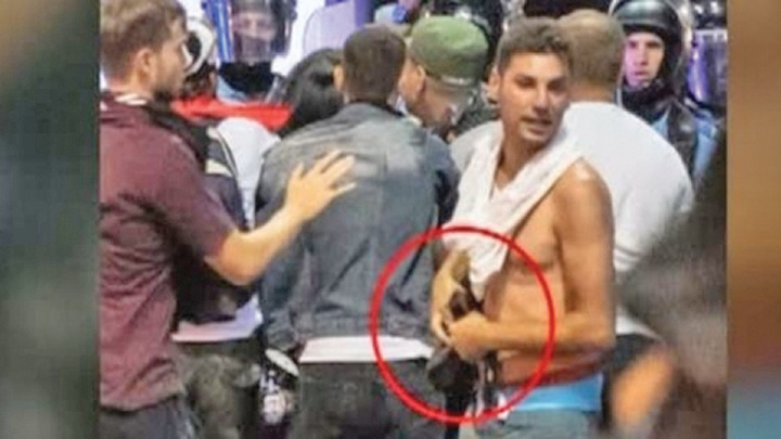 hot de pistol carpati Protestatarul care a furat o arma s a distrat tragand doua gloante