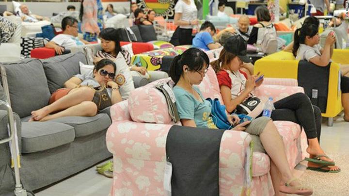 ikea Din cauza caldurii, chinezii dorm pe strazi