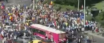 manif 1 350x145 Unde s a ajuns: protest cu excremente in Piata Victoriei!
