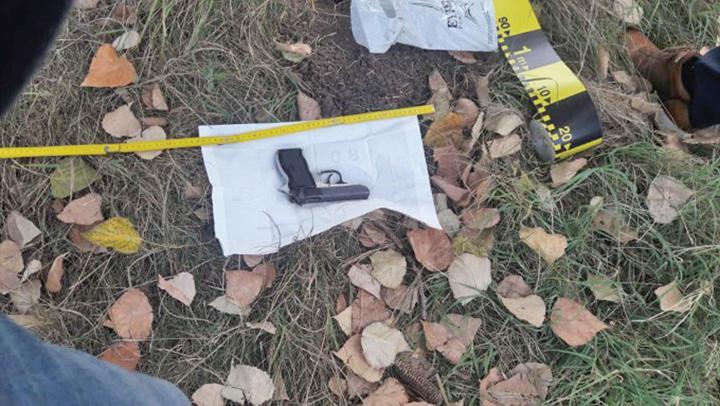 pistol furat Protestatarul care a furat o arma s a distrat tragand doua gloante