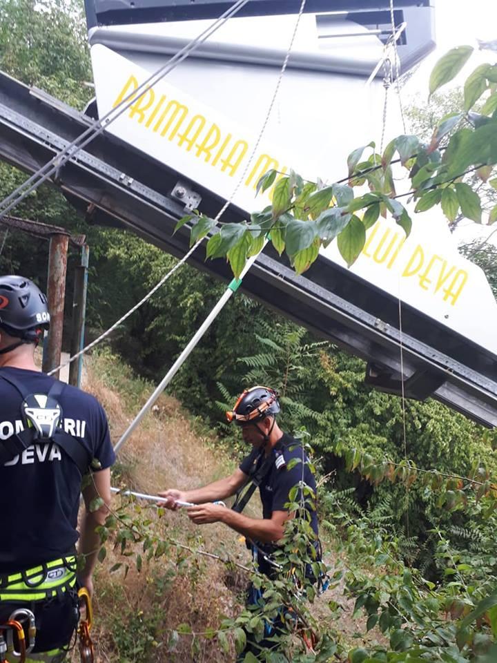 pompieri 19 turisti blocati in telecabina, in Hunedoara.Pompierii alpinistile au venit in ajutor