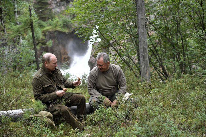 russian president vladimir putin vacation 5 720x480 Putin, in vacanta cu seful FSB si ministrul rus al Apararii!
