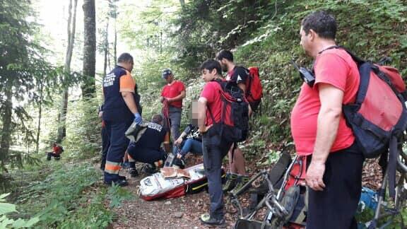 salvamontisti Salvamontistii, chemati sa ajute o femeie care a lesinat si turisti carora le au iesit ursi in cale