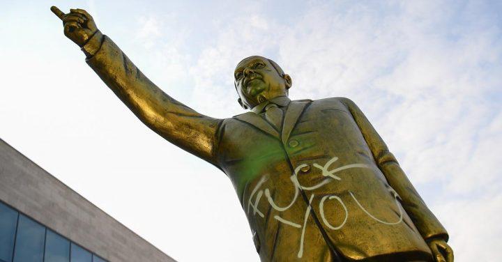 satatuie 2 720x376 Statuia aurita a lui Erdogan i a infuriat pe nemti