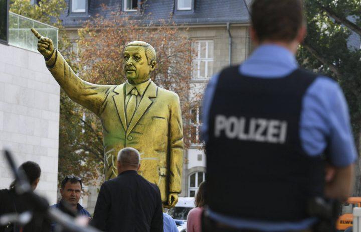 statuie 1 720x462 Statuia aurita a lui Erdogan i a infuriat pe nemti