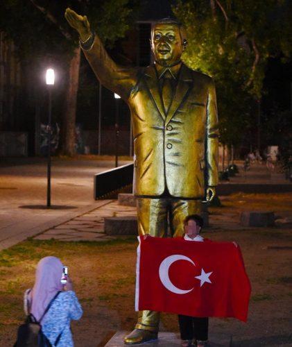 statuie 3 421x500 Statuia aurita a lui Erdogan i a infuriat pe nemti