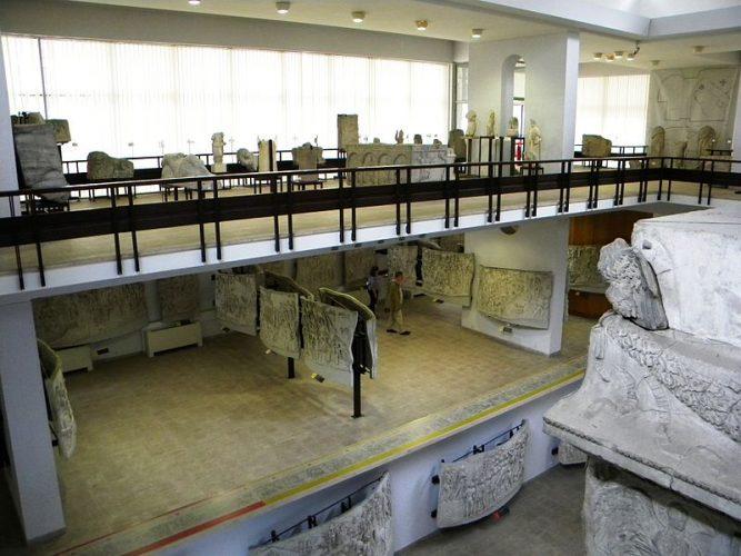 Bucuresti Romania Muzeul National de Istorie Lapidariu interior 6  B II m A 19843 667x500 Muzeul Național de Istorie, fostul Palat al Poștelor (IV)