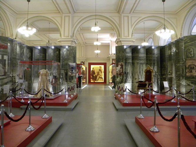 Bucuresti Romania Muzeul National de Istorie Sala cu costume2  B II m A 19843 667x500 Muzeul Național de Istorie, fostul Palat al Poștelor (IV)