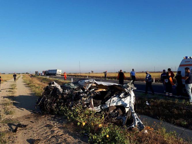 accident 667x500 Impact devastator. Un tanar a murit dupa ce masina lui s a izbit de un camion