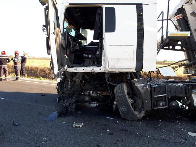 accident camion 667x500 Impact devastator. Un tanar a murit dupa ce masina lui s a izbit de un camion