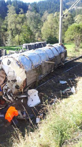 accident iacobeni 281x500 Trafic feroviar blocat. Cisterna cu clei ajunsa pe sine, in judetul Suceava