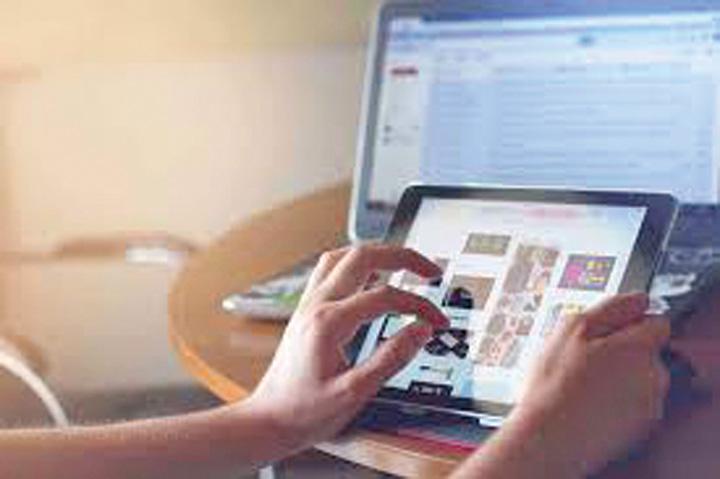 cumparaturi online Peste jumatate dintre romanii cumpara online in timpul orelor de serviciu
