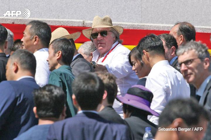 depardieu Kim defileaza cu Depardieu, nu cu rachete
