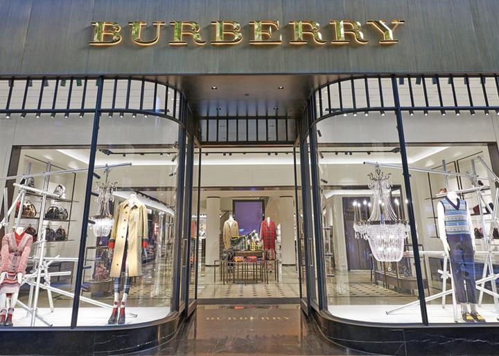 haine foc Burberry nu isi mai da foc la haine