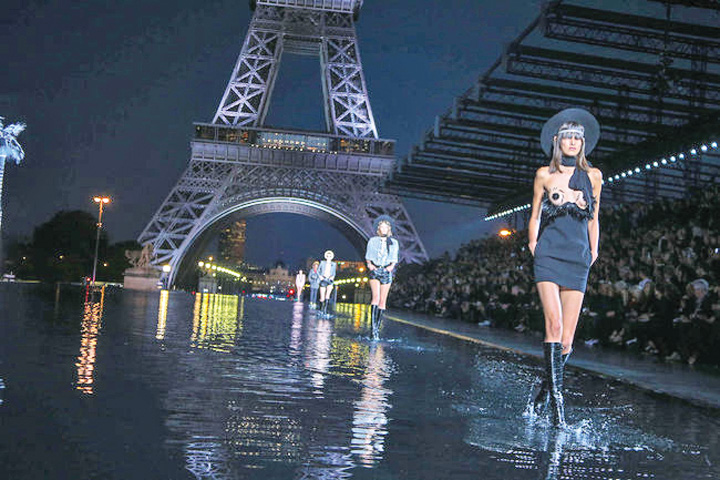 man. 2 Yves Saint Laurent si a bagat manechinele la apa